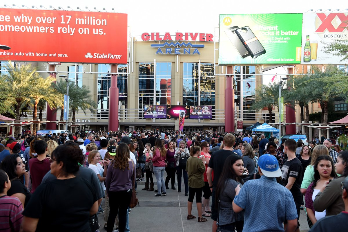 Exterior Image of Gila River Arena and crowd