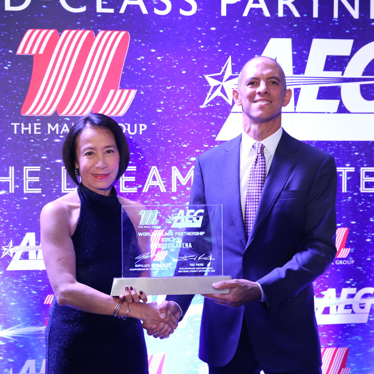 Supaluck Umpujh, Chairwoman of The Mall Group shakes hands with Ted Fikre, Vice Chairman and Chief Legal and Development Officer, AEG to celebrate the new partnership between both companies.
